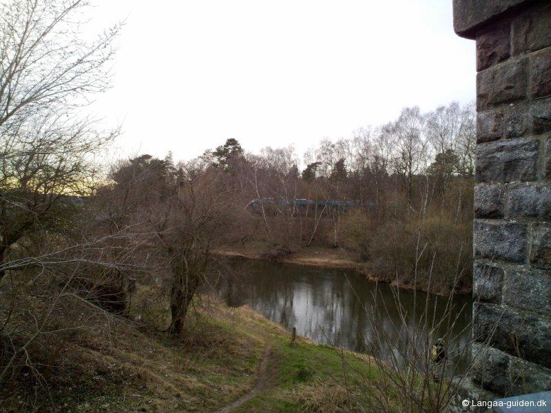 Gammel jernbanebro og Arriva tog i baggrunden